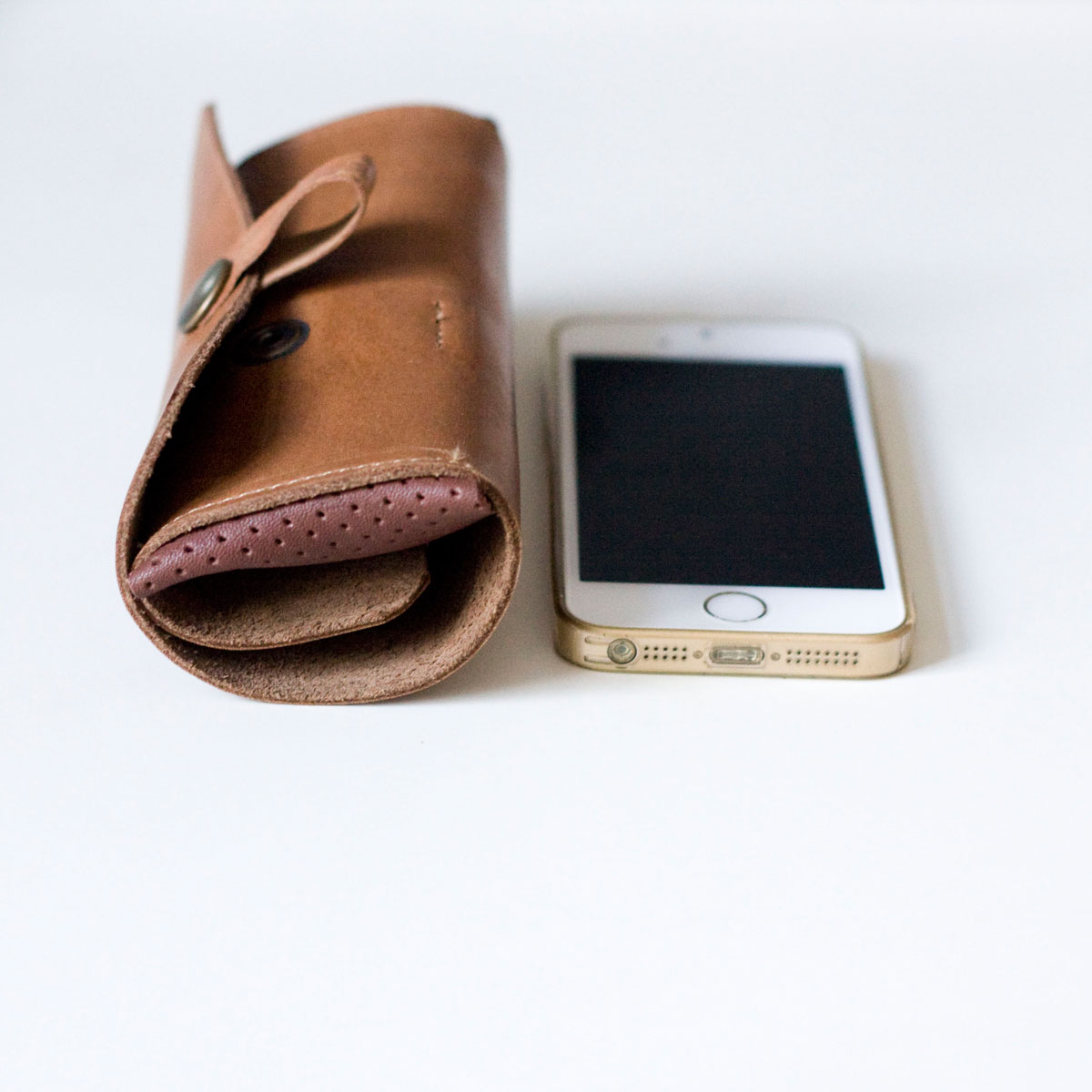 etui-skora-kable-iphone02