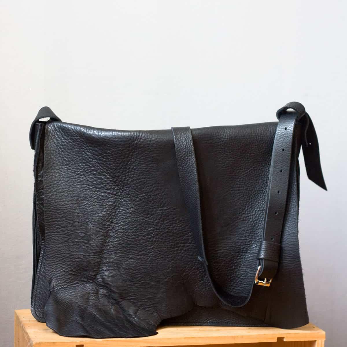 czarna-torba-na-pasku01a