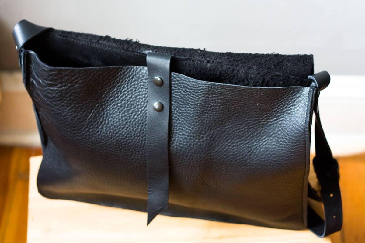 czarna-torba-na-pasku01c